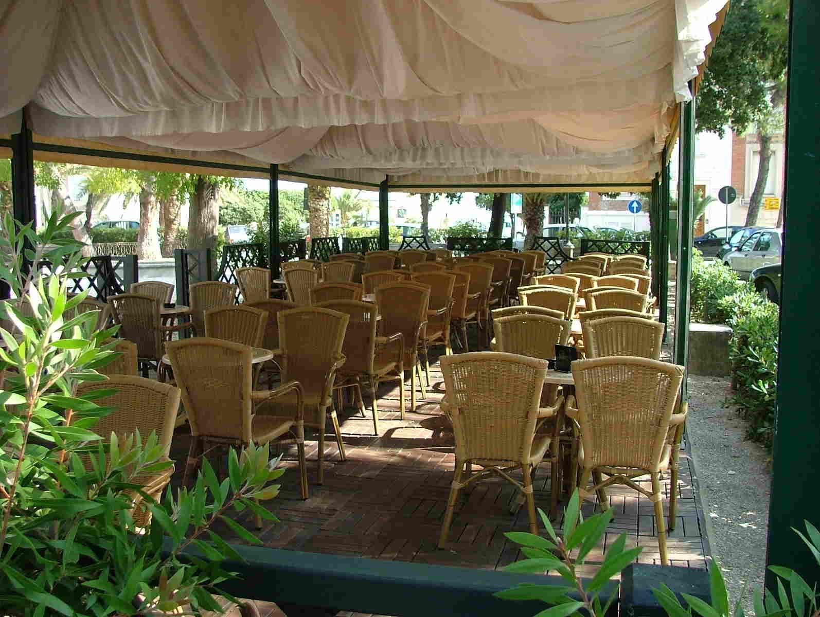 tavoli-esterno-gelateria-pelacani-porto-san-giorgio